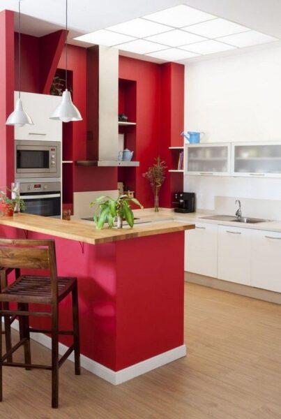 Cocina muebles blancos y pared roja