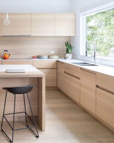 Cocina muebles simil madera y mesada blanca