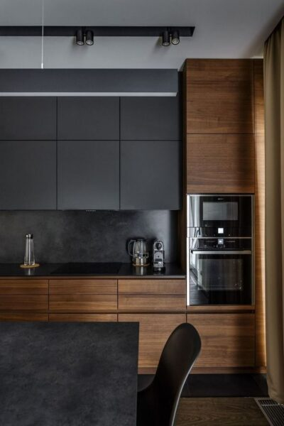 Cocinas negras y muebles de madera