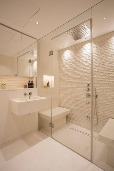 baño con ceramicas blancas de diferentes texturas