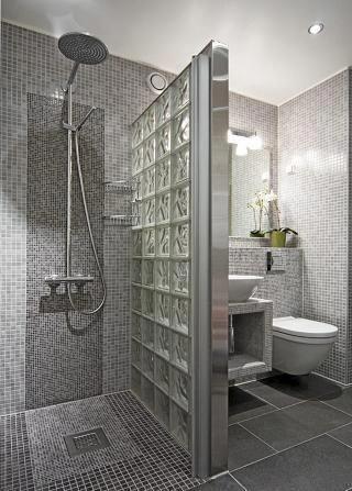 baño con ceramicas grises de distintos tamaños