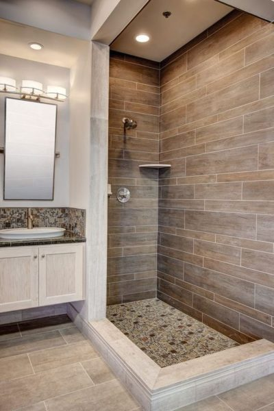 baño con tonos marrones moderno