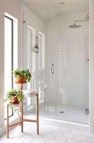 baños con azulejos blancos de distintas formas