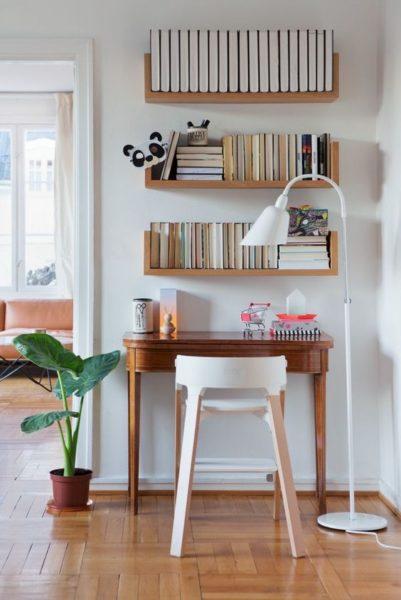 biblioteca pequeña con estantes flotantes