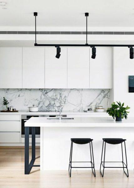 cocina blanca con detalles en negro