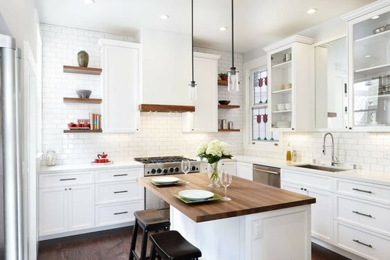 cocina blanca con isla de madera