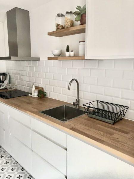 cocina blanca con mesada de madera