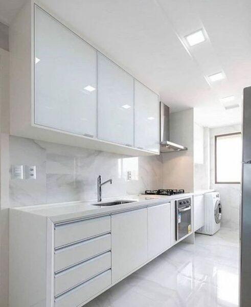 cocina blanca con vetas grises