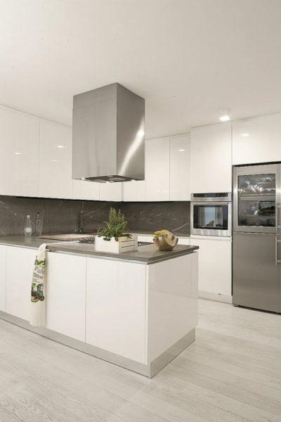 cocina blanca mesada gris