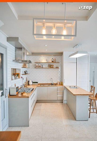 cocina blanca pequeña con mesadas de madera