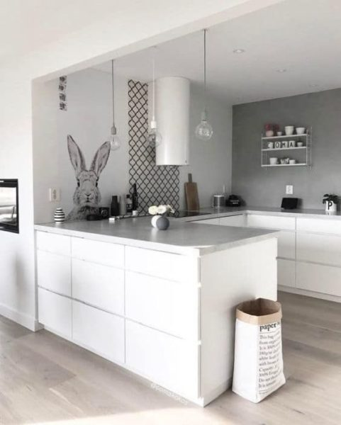 cocina blanca y mesada gris claro