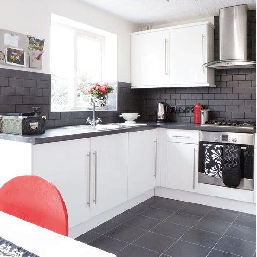 cocina muebles blanco y mesada gris oscuro