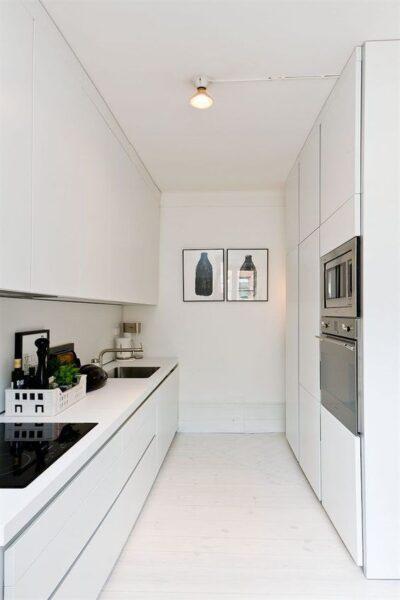 cocina pasillo blanca