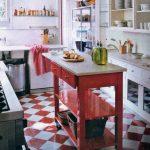 cocina pequeña con piso rojo y blanco