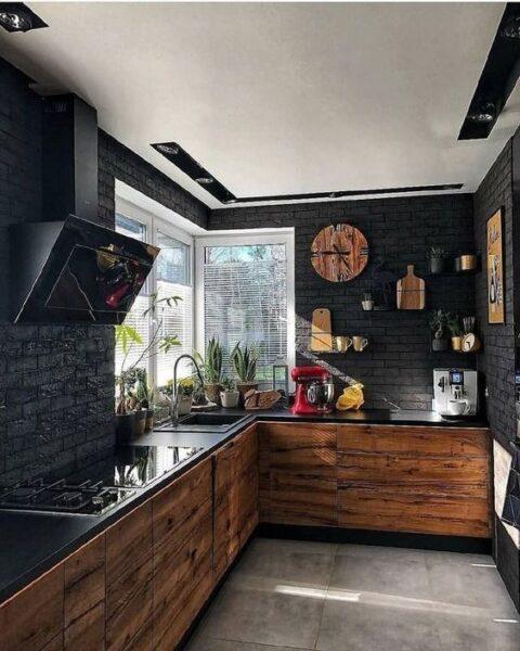 cocina pequeña rustica negra y madera