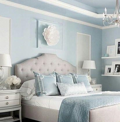 dormitorio azul claro y blanca