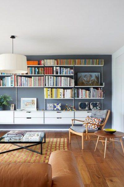 living moderno con biblioteca empotrada