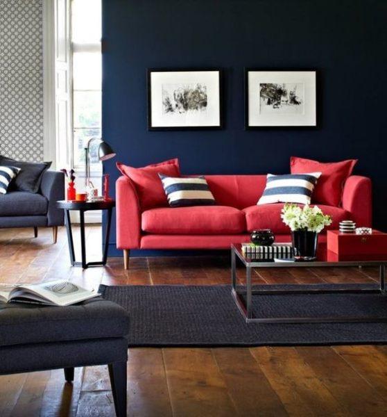 sala de estar azul oscuro con sofa rojo