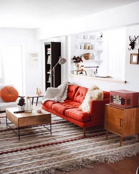 sala de estar blanca con sofa rojo