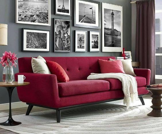 sofa rojo oscuro con pared gris oscura