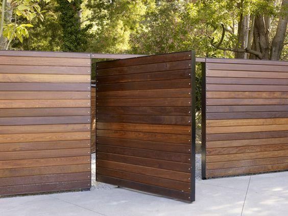 Frente de casa con cerco de madera