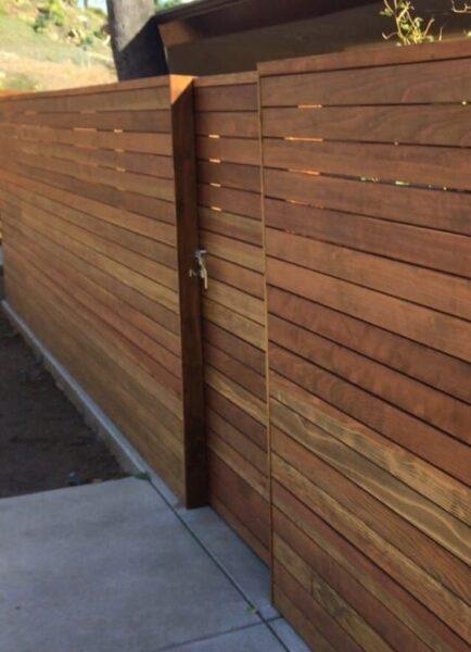 Frente de casa con valla de madera