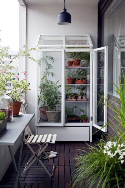 balcon con muchas jardineras o macetas