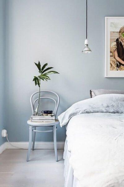 dormitorio con pared celeste cielo