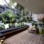 patio moderno chico con deck de madera