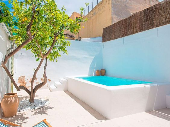 patio pequeño blanco con piscina