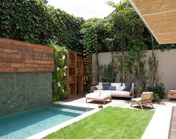 patio pequeño con piscina alargada