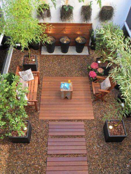 patio pequeño sin cesped con plantas en contenedores