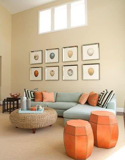 sala de estar moderna celeste y naranja