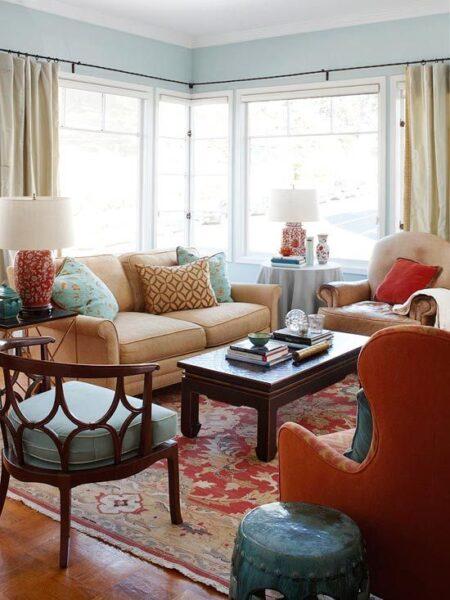 sala de estar que combina celeste y naranja
