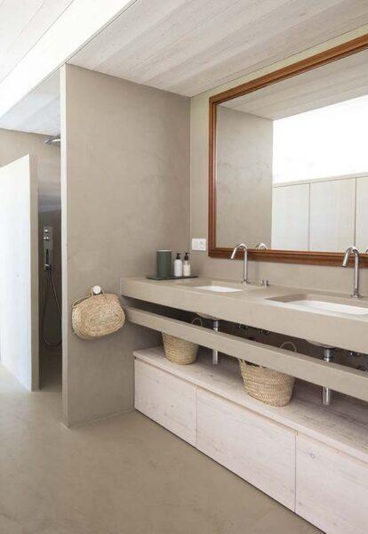 baño moderno y grande con cemento alisado