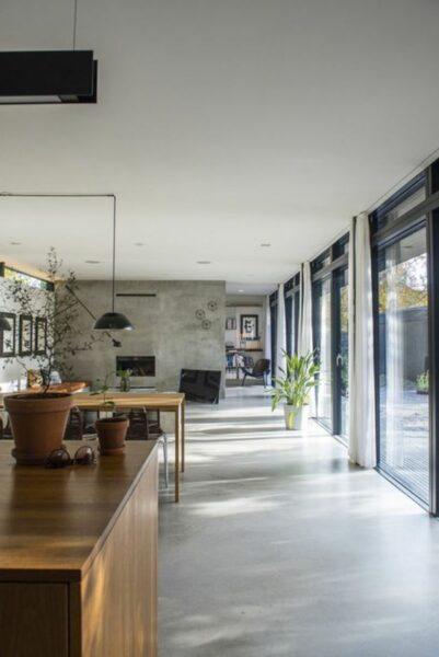 casa moderna con pisos de cemento alisado