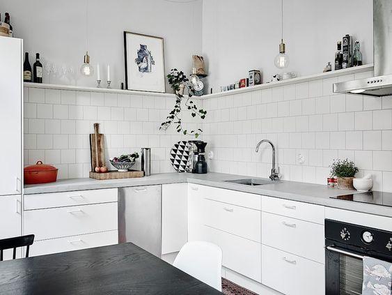 cocina blanca con mesada de cemento
