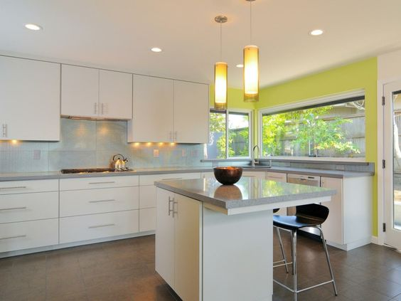 cocina con pared destacada verde lima