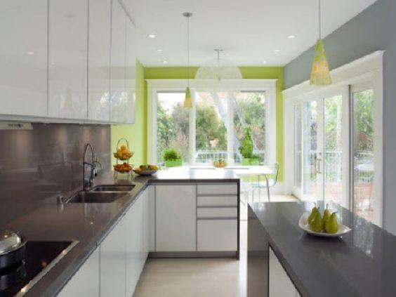 cocina con pared destacada verde manzana