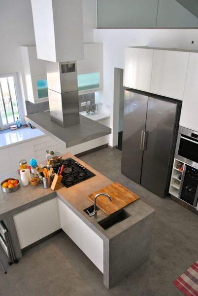 cocina moderna con pisos de cemento alisado