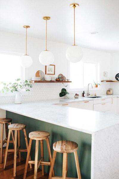cocina verde bosque y blanca