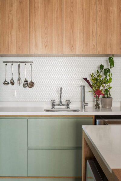 cocina verde musgo madera y blanca