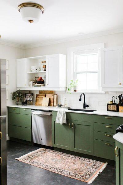 cocina verde musgo y blanca