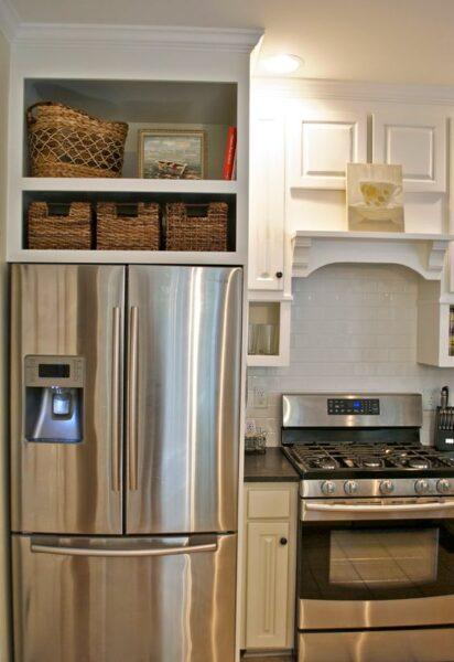 estantes sobre refrigerador