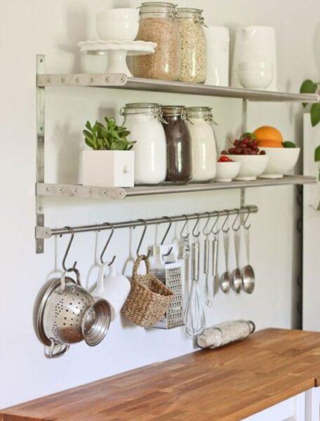 ganchos y estantes en cocina para organizar