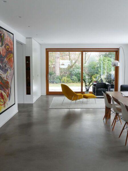 living comedor moderno con pisos de cemento alisado