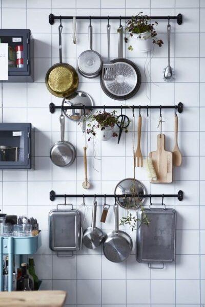 organizar cocina con tirantes y ganchos