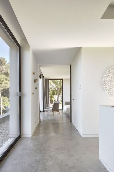 pasillos con con pisos de cemento alisado