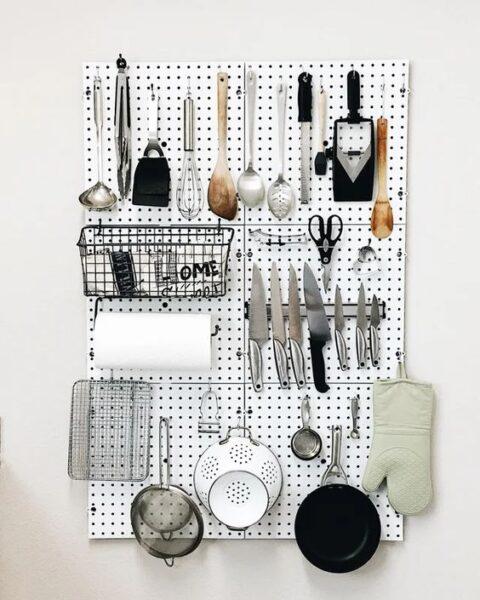placa con ganchos para organizar cocina
