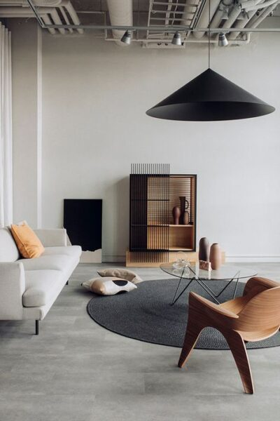 sala de estar moderna con pisos de cemento alisado